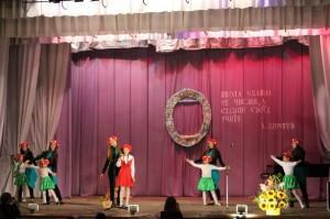Танцювальний номер за участі молодшої та старшої груп